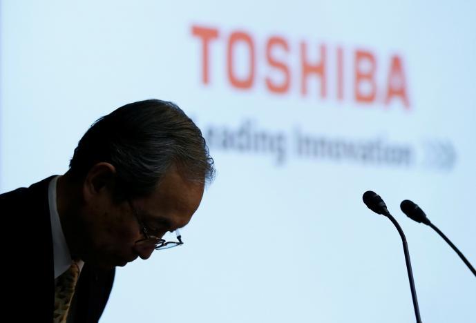 REFILE - CORRECTING GRAMMAR Toshiba Corp CEO Satoshi Tsunakawa bows at the start of a news conference at the company's headquarters in Tokyo, Japan May 15, 2017.   REUTERS/Toru Hanai